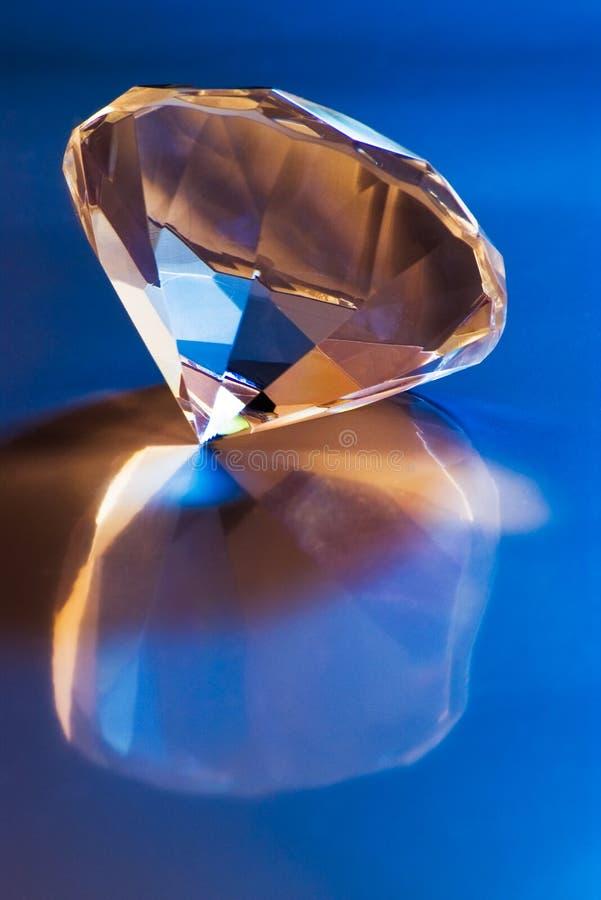 Diamant mit Reflexion lizenzfreie stockfotos