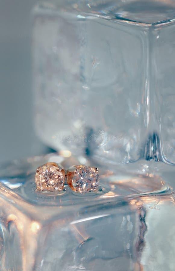 Diamant-Ohrringe auf Eis stockbilder