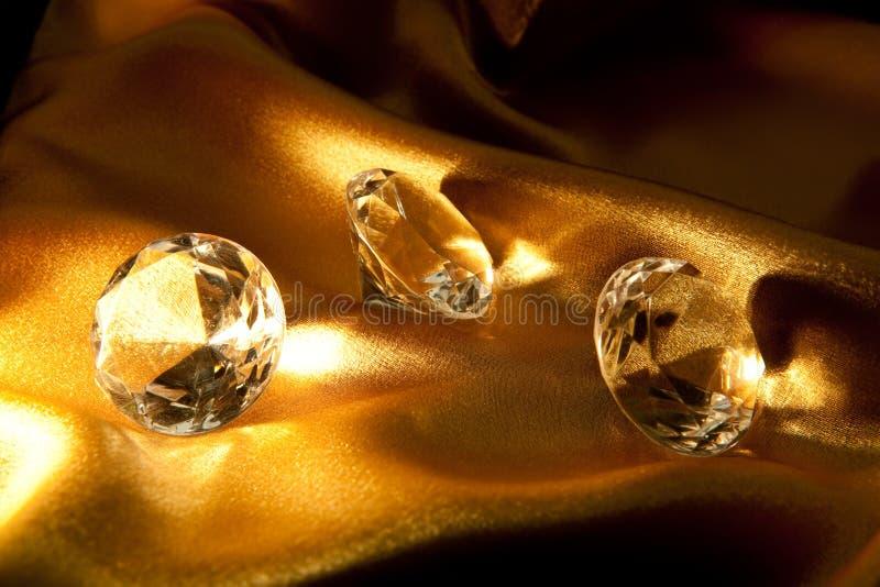 Diamant sur le tissu de satin photo stock