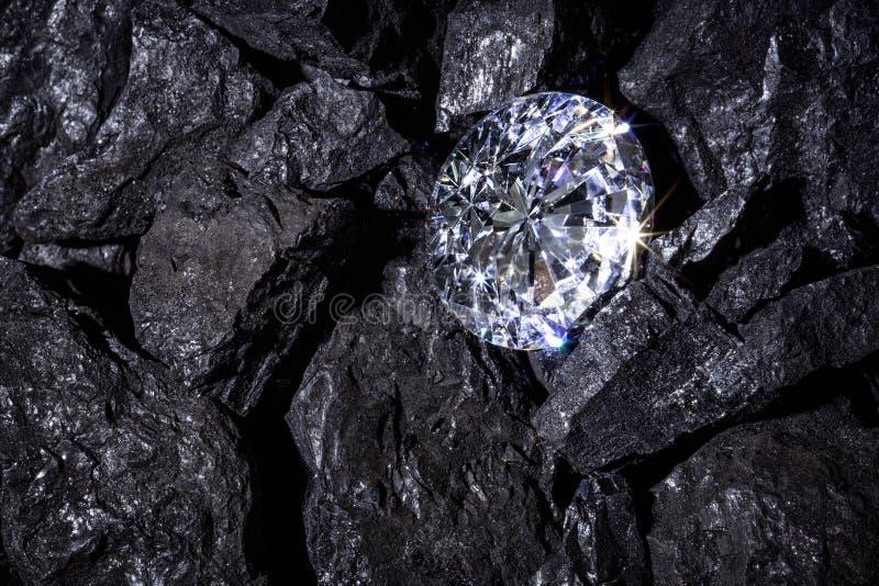 Diamant unter Kohle stockbild