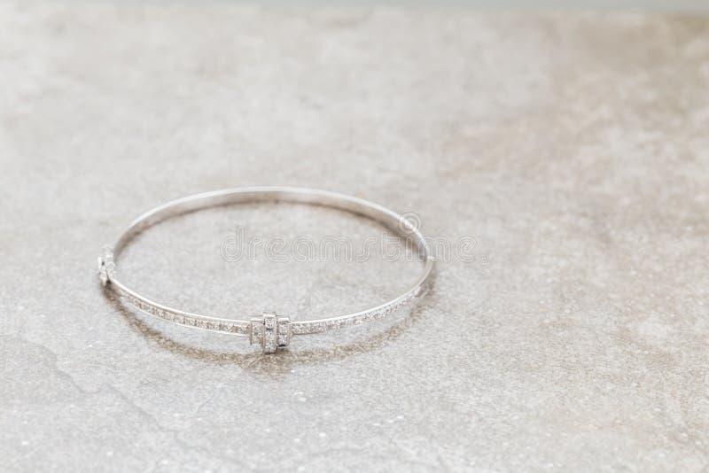 Diamantarmring för vit guld royaltyfri fotografi