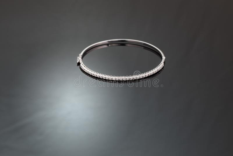 Diamantarmring för vit guld arkivbild