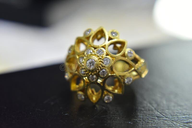 Diamantcirkeln är guld- olika designer för de arkivbilder