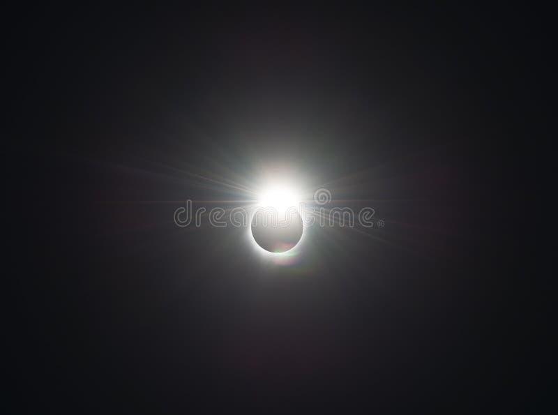 Diamantcirkeln av den sammanlagda förmörkelsen för sol arkivbild