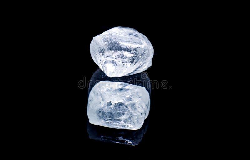 Diamante crudo aislado en fondo negro imagen de archivo libre de regalías