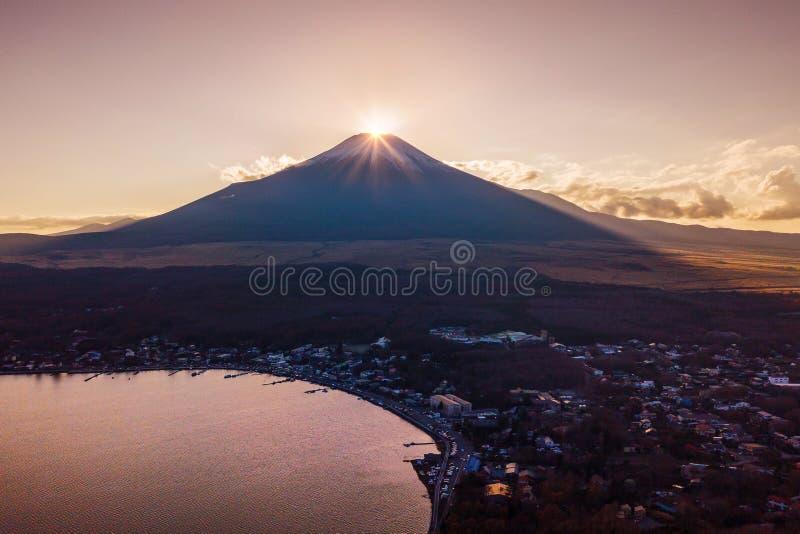 Diamante de Fuji en el lago Yamanaka en la estación del invierno Diamond Fuji es imagen de archivo libre de regalías