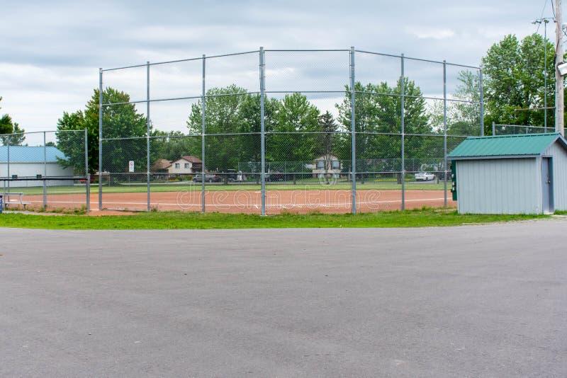 Diamante del béisbol o del softball a través de una cerca en parque en una ciudad canadiense de la pequeña ciudad de Brighton cer fotografía de archivo