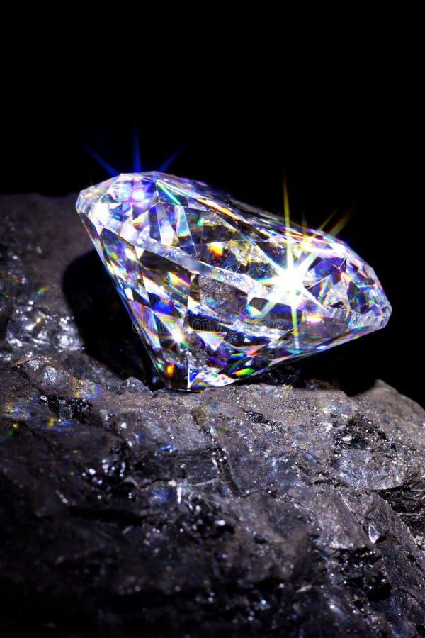 Diamante en fondo del negro de carbón. imagen de archivo libre de regalías