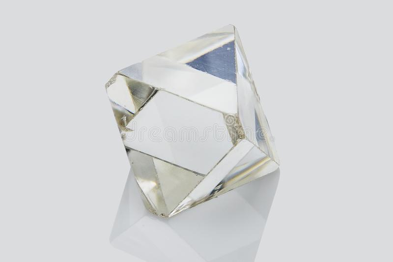 Diamante grezzo trasparente isolato su fondo bianco immagini stock libere da diritti