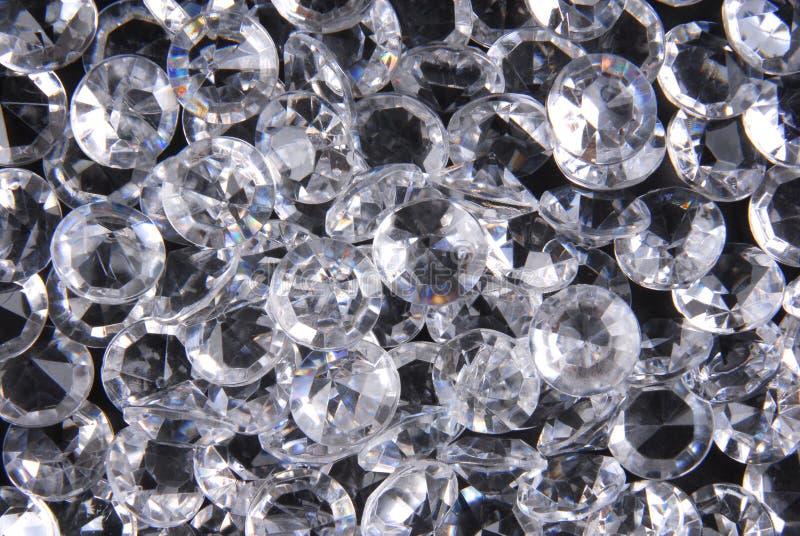 Diamanten auf schwarzem Hintergrund lizenzfreie stockfotos
