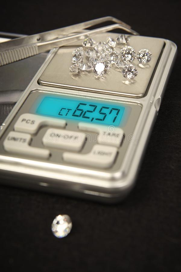 Diamanten op kleine digitale schaal in hoeveelheid tientallen karaat royalty-vrije stock fotografie