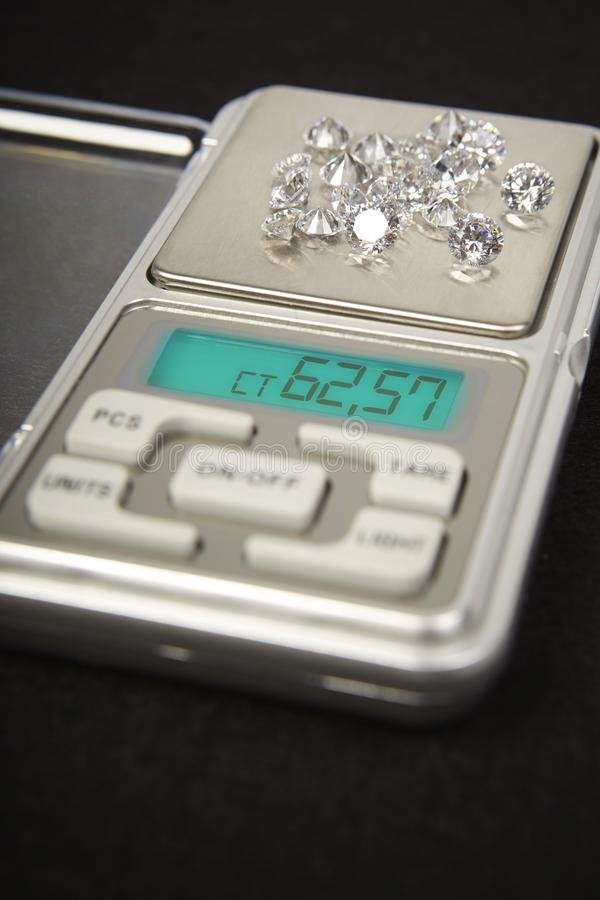 Diamanten op kleine digitale schaal in hoeveelheid tientallen karaat stock foto