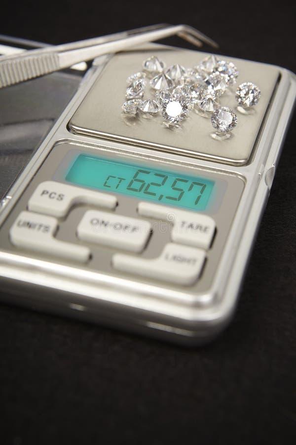 Diamanten op kleine digitale schaal in hoeveelheid tientallen karaat stock afbeelding