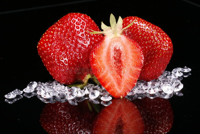 Diamanten und Erdbeeren lizenzfreie stockfotos