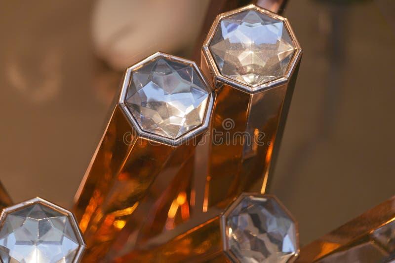 Diamanter på guld- stång royaltyfri foto