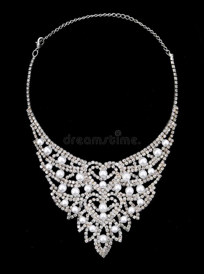 Diamantes e colar das peras isolada no fundo preto Colar de diamantes isolada imagem de stock