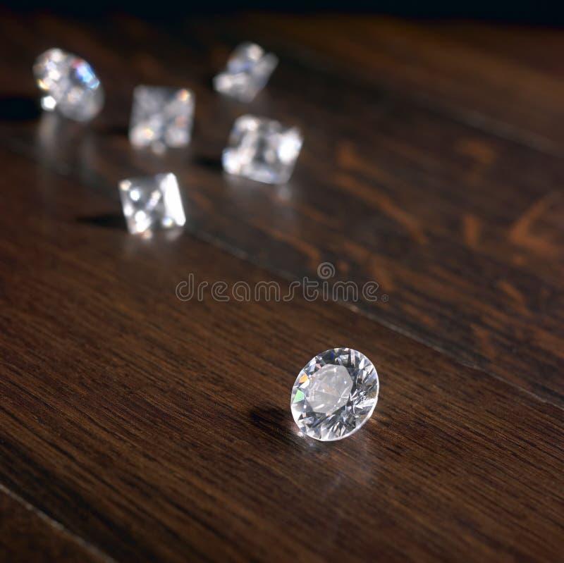 Diamantes no parquet escuro foto de stock royalty free