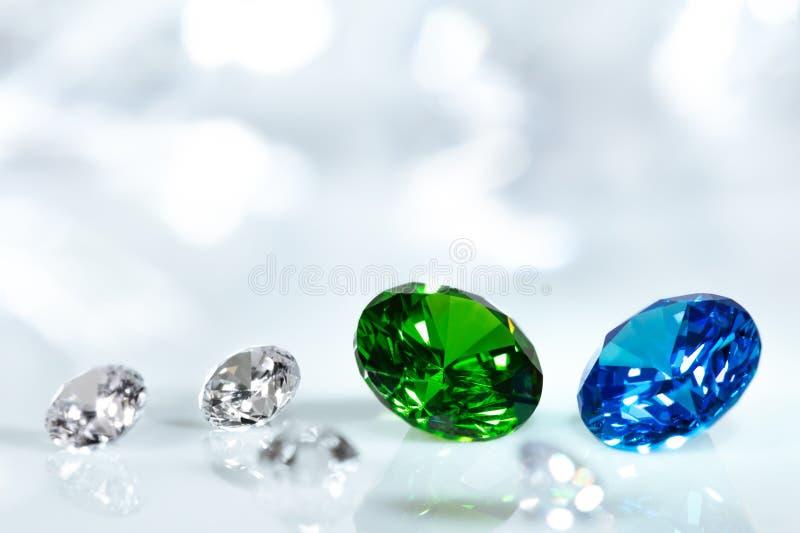 Diamantes, zafiro azul y joyas cortadas brillantes esmeralda verdes imagen de archivo