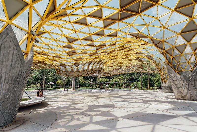 Diamantformdach-Spitzendetail des Gartenpavillons in Kuala Lumpur-` s Perdana botanischen Gärten in Jalan Tembusu, Malaysia stockbild