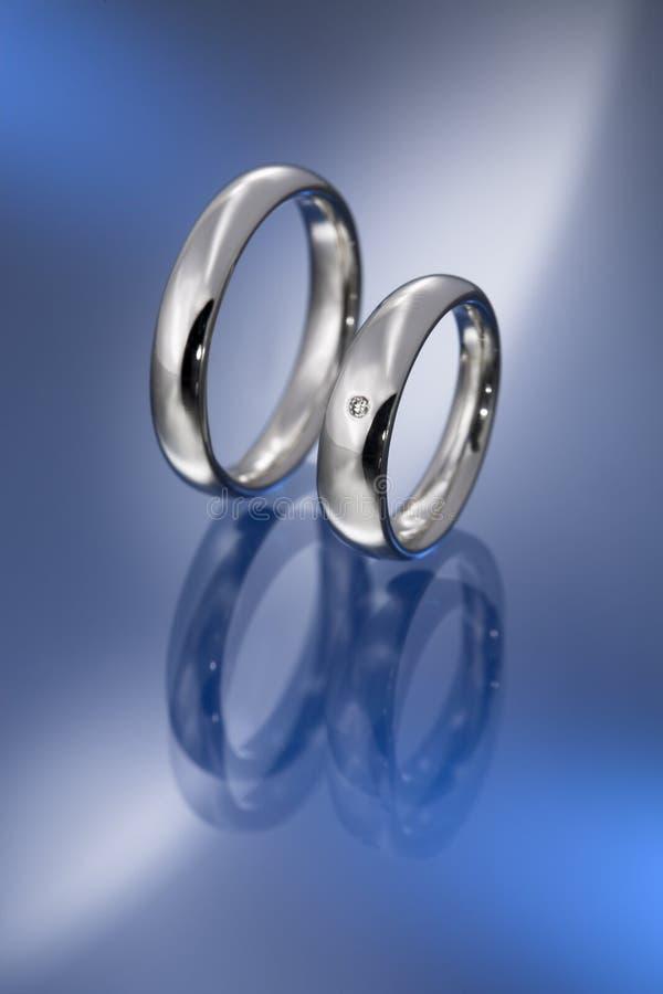 diamantguldpar ringer bröllopwhite royaltyfri fotografi
