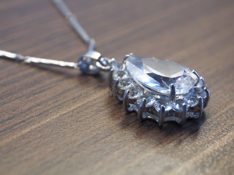 Diamanthalsband op een houten lijst stock foto