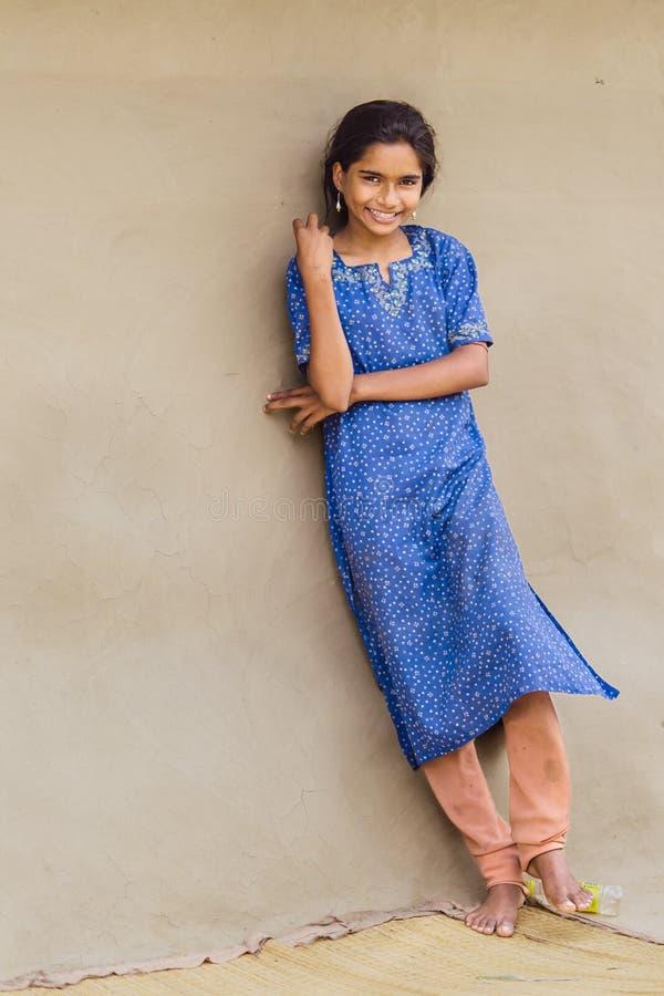 DIAMANThaven, INDIA - APRIL 01, 2013: Landelijk Indisch meisje met een mooie glimlach in het blauwe kleding stellen stock afbeelding