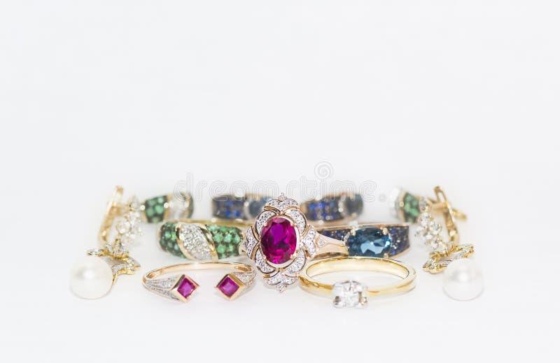 Diamanti, rubini, zaffiri, smeraldi in ornamenti dell'oro fotografia stock libera da diritti