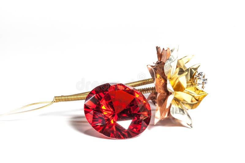 diamanti vermigli rossi e fiore dorato su fondo bianco fotografie stock