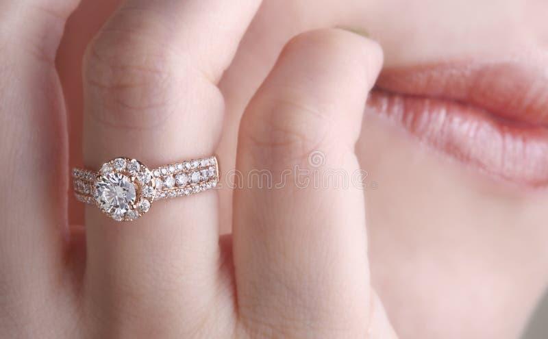 Diamantring auf dem Finger stockfotografie