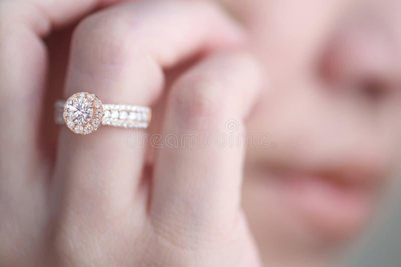 Diamantring auf dem Finger lizenzfreie stockfotografie