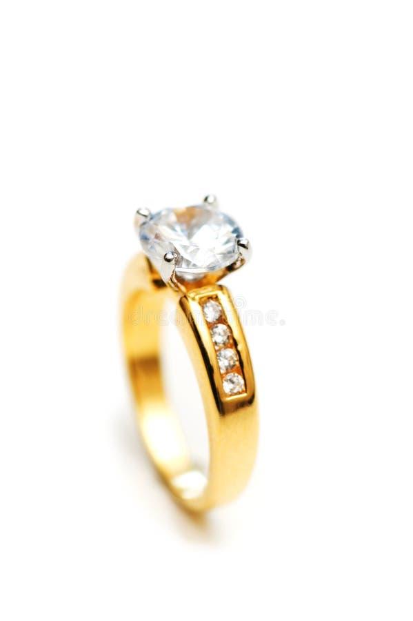 Diamantring auf Weiß lizenzfreies stockfoto