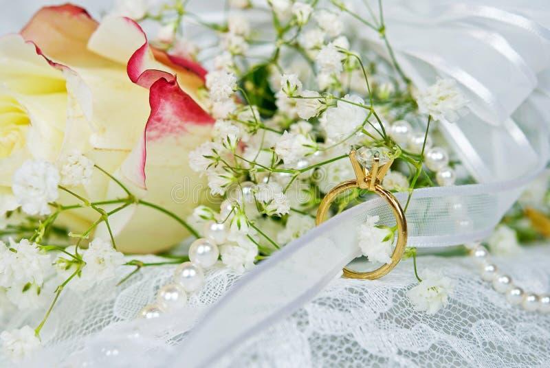 Diamantring mit Brautblumenstrauß lizenzfreie stockfotos