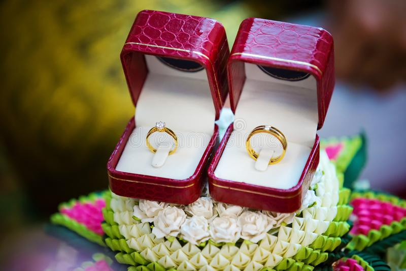 Diamantring, trouwring, de prijs van de Trouwringbruid De symbolen van het huwelijk stock foto