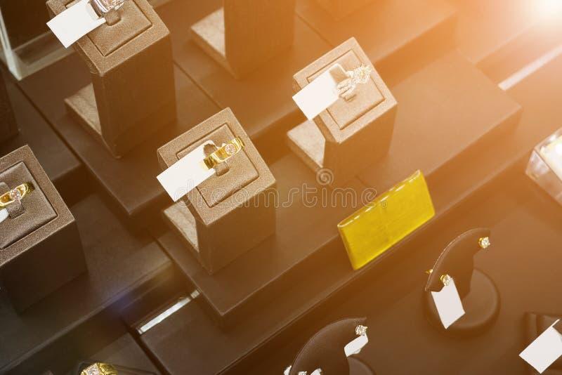 Diamantringen in de vertoning van het de opslagvenster van de juwelenluxe stock fotografie