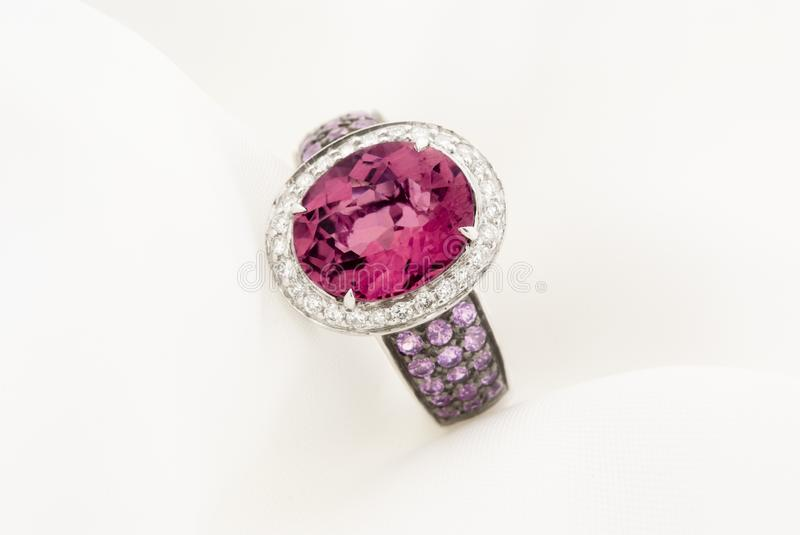 Diamants de Ring With Pink Tourmaline And d'or blanc photographie stock