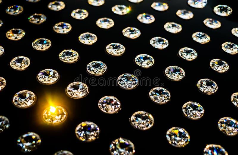 Diamants dispos?s dans les rang?es photographie stock libre de droits