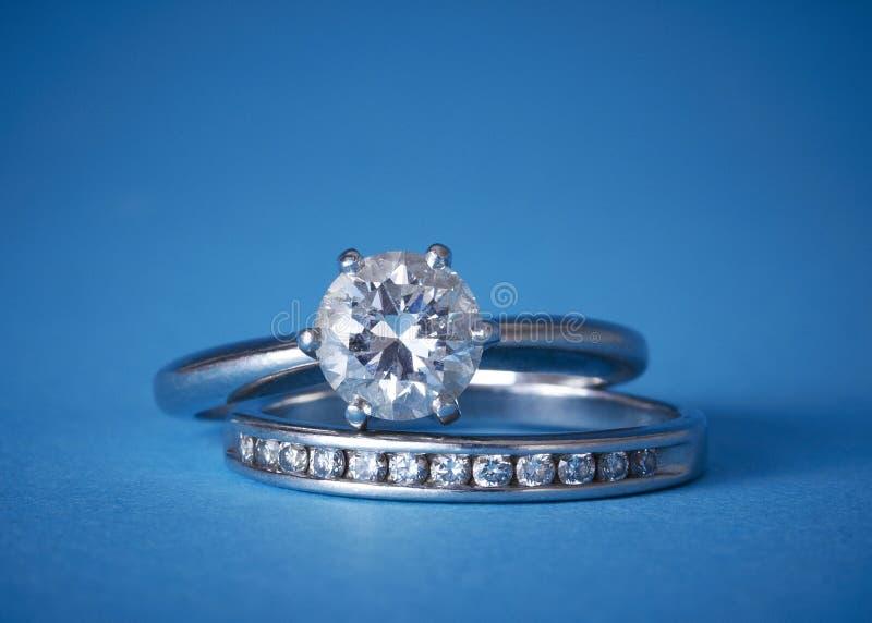 Diamantverpflichtung und -Eheringe stockbild