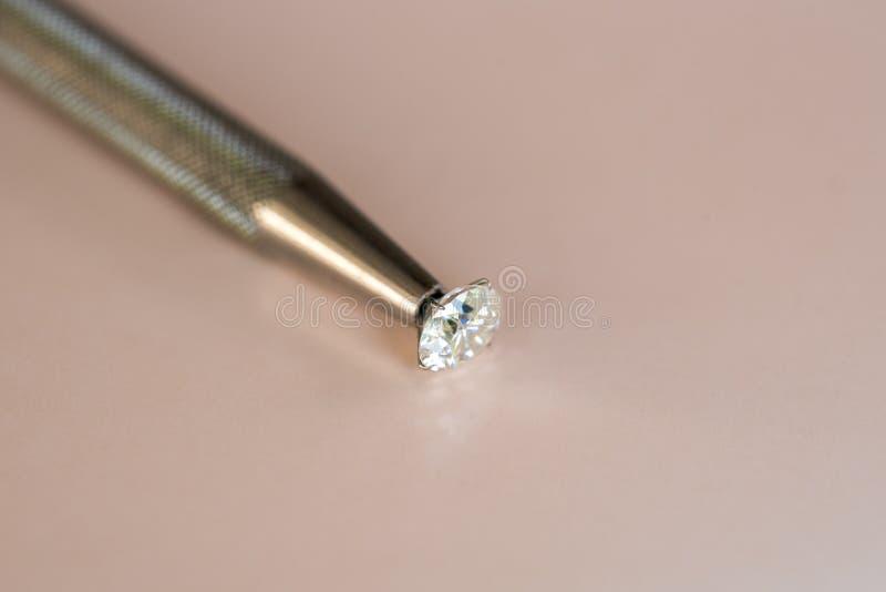 Diament w biżuterii pincetach zdjęcia stock