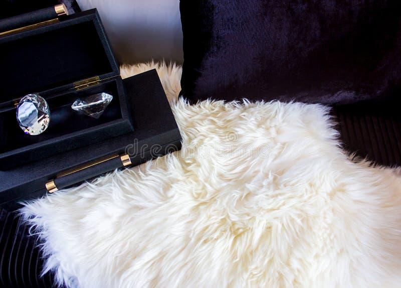 Diament w pudełku na luksusowym siedzeniu z poduszką fotografia royalty free