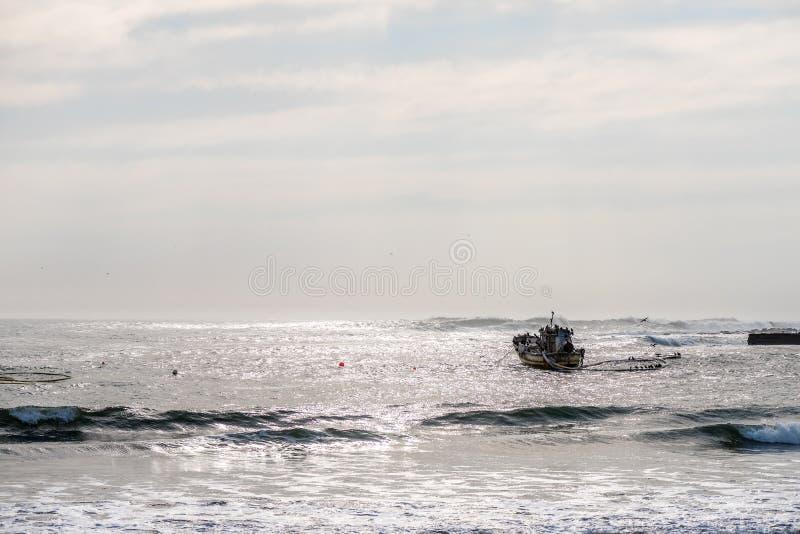Diamentowa łódź zakotwiczał przy schronieniem w Hondeklipbaai obraz royalty free