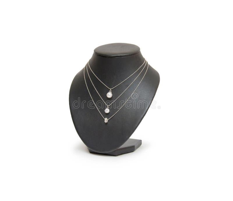 Diamentowa kolia na czarnym mannequin odizolowywającym na białym tle fotografia stock