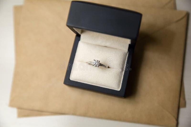 Diamentowy pierścionek dzwoni w pudełku fotografia stock