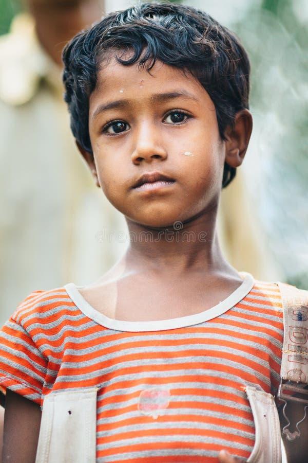 DIAMENTOWY schronienie INDIA, MARZEC, - 30, 2013: Biedna wiejska indyjska chłopiec z smutnym oka zakończenia portretem obraz stock