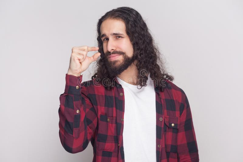 Diami alcun di più per favore uomo bello con la barba e il lon nero fotografia stock libera da diritti