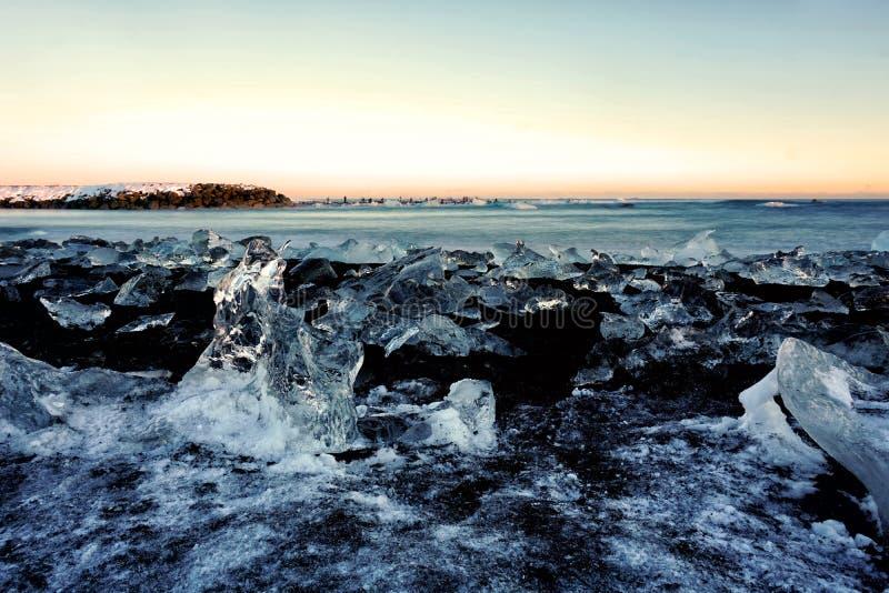 Diamond Beach i den Island vintern arkivbilder