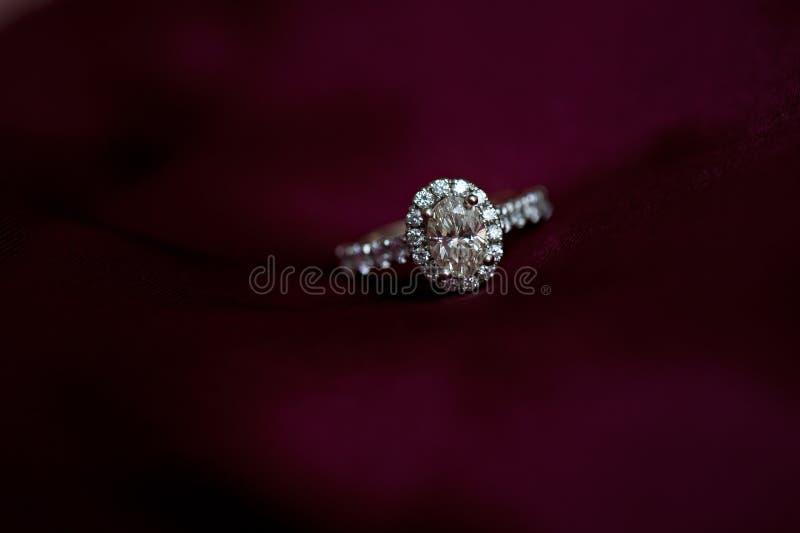 Diamond Engagement Ring su rosso fotografia stock libera da diritti