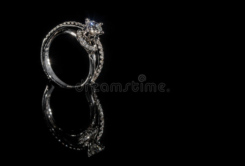 Diamond Engagement Ring sur le fond noir images stock