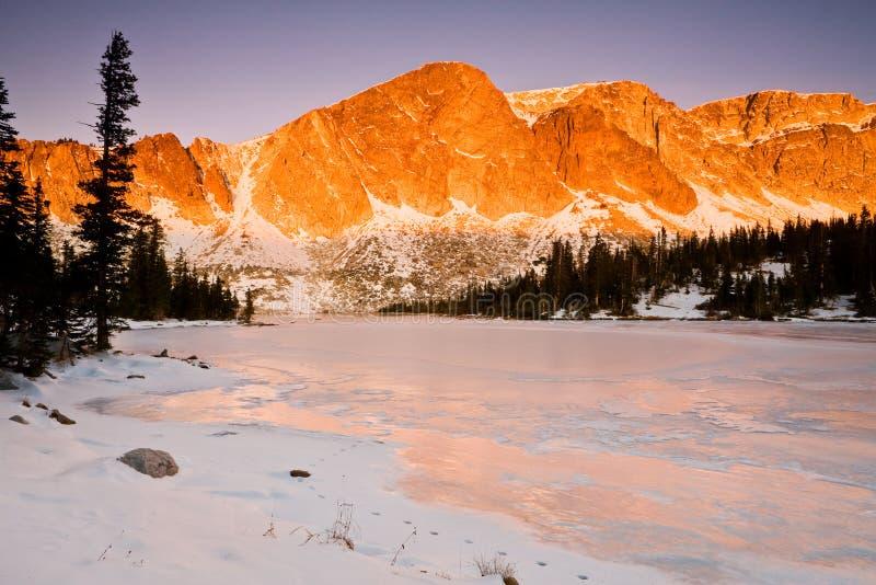 Diamond Peak que sube sobre el lago Marie imágenes de archivo libres de regalías