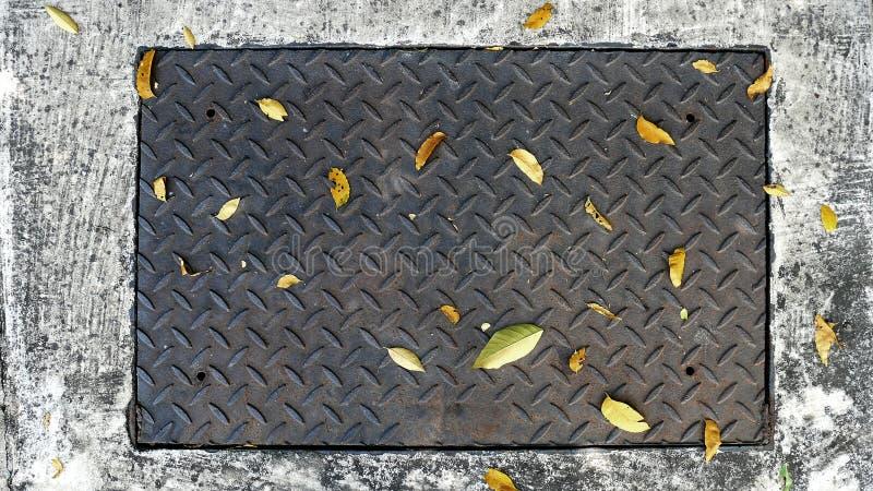 Diamond Plate Cover d'acciaio rettangolare di una botola sulla via immagine stock