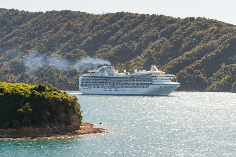 Diamond Princess för kryssningskepp segling i nyazeeländskt vatten royaltyfri foto